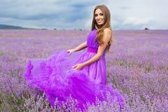 A menina está levantando no campo da alfazema Foto de Stock