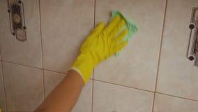 A menina está limpando a telha filme