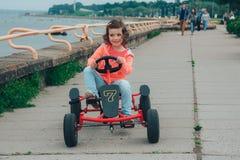 A menina está montando no pedal que karting Fotografia de Stock