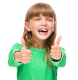 A menina está mostrando o polegar acima do sinal imagens de stock