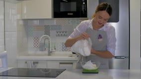 A menina está na cozinha A menina derrama o açúcar em uma bacia com manteiga vídeos de arquivo