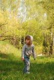 A menina está na floresta Imagem de Stock Royalty Free