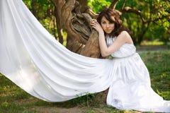 A menina está na floresta do fairy-tale foto de stock