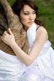 A menina está na floresta do fairy-tale fotografia de stock royalty free