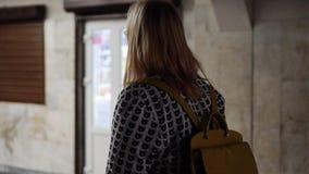 A menina está na passagem subterrânea A vista da parte traseira cinematic filme