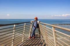 A menina está na plataforma de observação sobre o mar imagem de stock royalty free