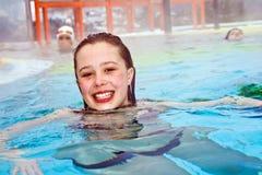 A menina está nadando na associação térmica no inverno Imagens de Stock Royalty Free