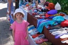A menina está no mercado de rua do verão foto de stock royalty free