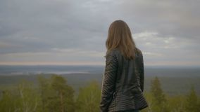 A menina está olhando na floresta vídeos de arquivo