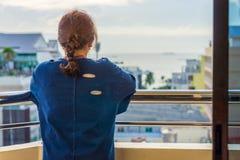 A menina está olhando o mar Fotos de Stock Royalty Free