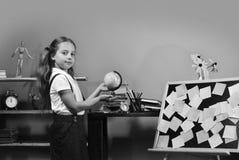 A menina está pelo quadro-negro com notas pegajosas coloridas Imagens de Stock