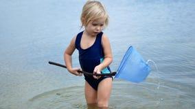 A menina está pescando a rede vídeos de arquivo