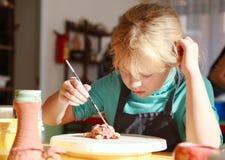 A menina está pintando a escultura de argila handmade Foto de Stock