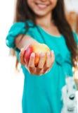 A menina está prendendo a maçã Imagens de Stock