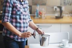 A menina está preparando o café da manhã Imagem de Stock