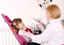 A menina está receosa do dentista Fotografia de Stock