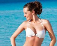 A menina está relaxando no mar Conceito das férias Imagem de Stock Royalty Free