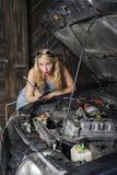 A menina está reparando o carro Fotografia de Stock Royalty Free