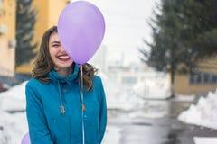 A menina está sorrindo com balão Foto de Stock Royalty Free