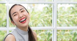 A menina está sorrindo felizmente Povos e estilo de vida Meninas asiáticas a fotos de stock
