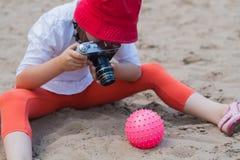 A menina está tomando uma foto do brinquedo Fotos de Stock Royalty Free