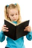 A menina está lendo a Bíblia Imagem de Stock