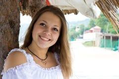 A menina está sorrindo Imagens de Stock Royalty Free
