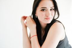 Menina europeia bonito elegante no espaço branco da cópia do fundo imagens de stock