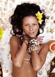 Menina exótica bonita com acessórios havaianos Imagens de Stock Royalty Free