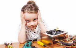 Menina exasperada ao reparar componentes do PC fotos de stock