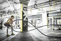 A menina exercita com corda da aptidão no gym Fotos de Stock