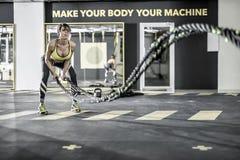 A menina exercita com corda da aptidão no gym Imagens de Stock