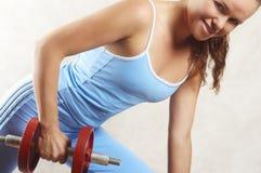 A menina exercita com dumbbells Imagens de Stock