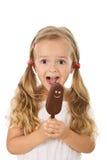 Menina extremamente feliz com gelado Fotografia de Stock Royalty Free