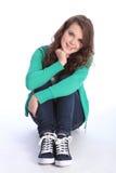 A menina eyed azul alegre do adolescente relaxou no assoalho Imagem de Stock