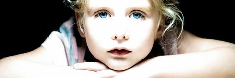 Menina eyed azul loura que olha me imagens de stock