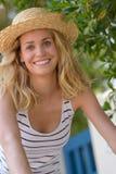 Menina fêmea loura no chapéu de palha no sol fotos de stock royalty free