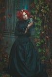 Menina fabulosa que guarda uma ampulheta em sua mão Imagem de Stock Royalty Free