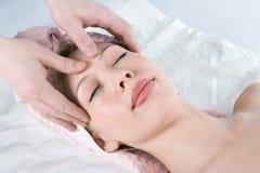 Menina facial da beleza da massagem dos termas imagem de stock royalty free