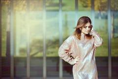 Menina fashionably vestida bonita Fotos de Stock Royalty Free