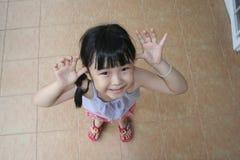 A menina faz a face engraçada Imagens de Stock