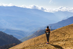 A menina faz o selfie com ação-câmera, paisagem da montanha, Sochi Imagem de Stock Royalty Free