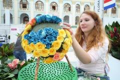 A menina faz ramalhetes das rosas Foto de Stock Royalty Free