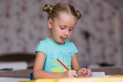 A menina faz trabalhos de casa Fotos de Stock