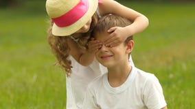 A menina fecha seus olhos a um indivíduo, e dá-lhe um ramalhete dos wildflowers Movimento lento vídeos de arquivo