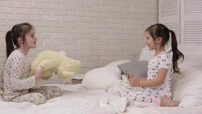 Menina feliz adorável da criança pequena que joga com urso de peluche filme