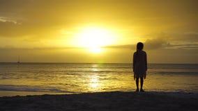 Menina feliz adorável na praia branca no por do sol Silhueta da menina na costa em um por do sol bonito filme