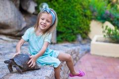Menina feliz adorble pequena com tartaruga pequena Fotografia de Stock