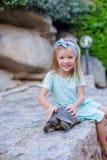 Menina feliz adorble pequena com tartaruga pequena Foto de Stock