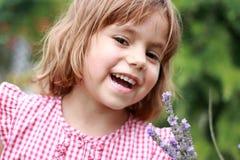 Menina feliz ao ar livre. foto de stock